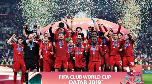 Liverpool levanta a taça de campeão mundial de clubes (Foto: Getty Images)