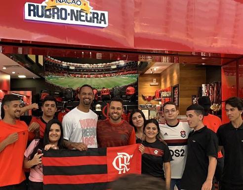 Bruno foi cercado por torcedores do Flamengo, em shopping de Cabo Frio Reprodução/Flamengo