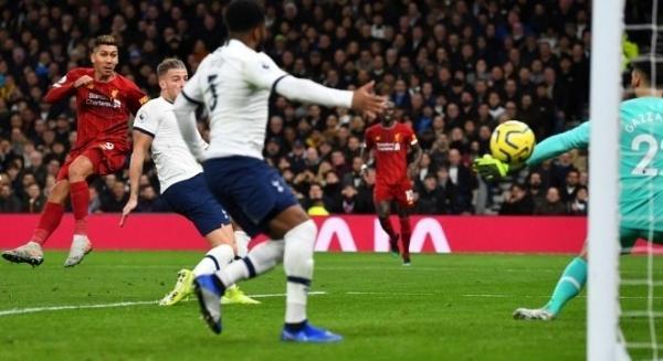 Brasileiro Roberto Firmino fez o único gol da vitória do Liverpool, em Londres REUTERS/Dylan Martinez 11.01.2020