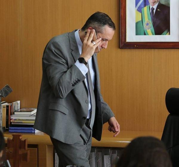 Secretário da Cultura, Roberto Alvim, abandona entrevista ao GLOBO após receber ligação e vai às pressas para o Palácio do Planalto Foto: Jorge William