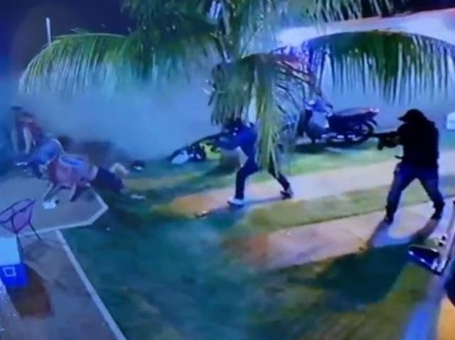 Dupla atirando contra Celso Maldonado durante o ataque. (Foto: Direto das Ruas)