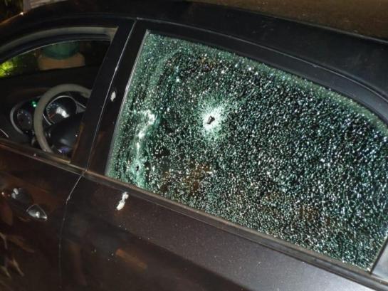 HB20 do policial Arthur Kemishian com marcas de tiros no vidro e na porta; ele morreu ontem à noite (Foto: Direto das Ruas)