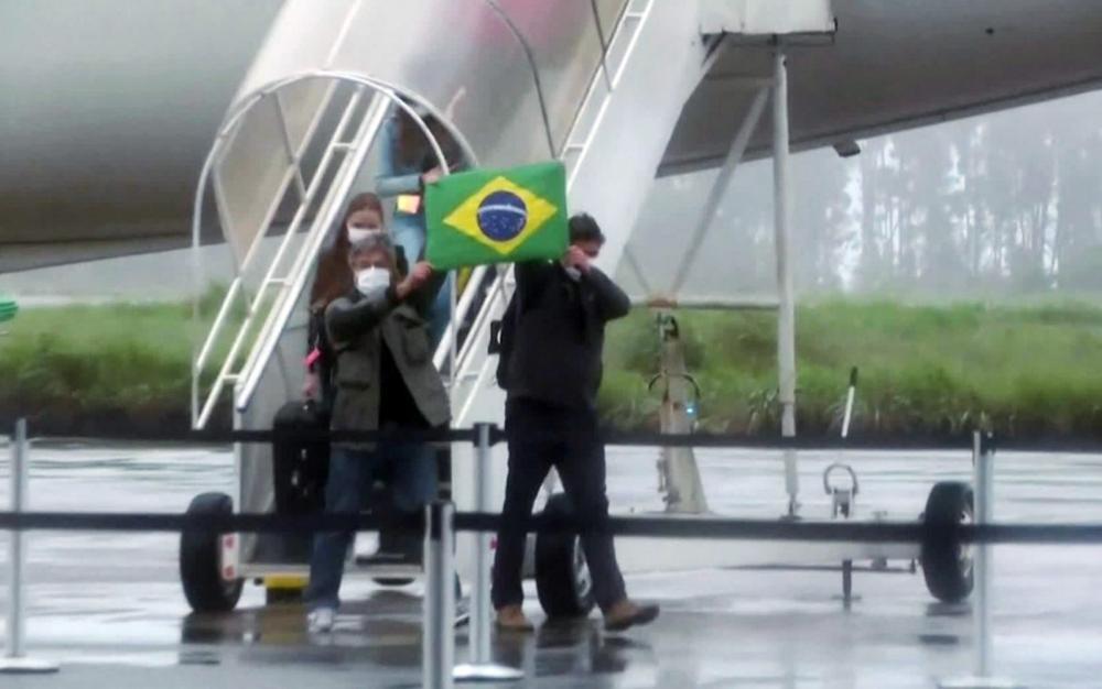 Grupo de brasileiros repatriados da China chega a Anápolis para ficar em quarentena, Goiás — Foto: Reprodução/GloboNews