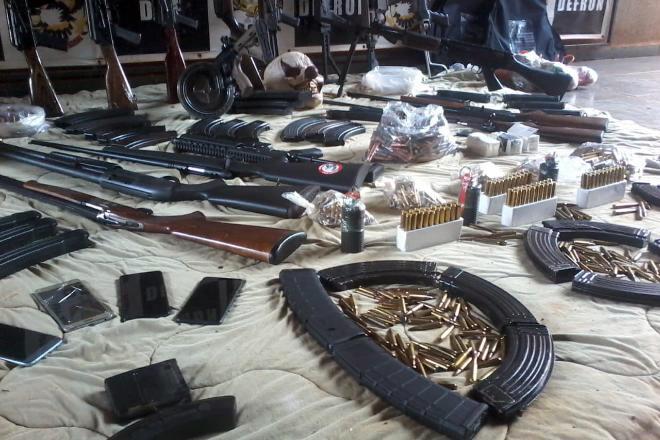 Fuzis, armas, explosivos e até mascaras foram encontraram na propriedade rural - Reprodução/DOF