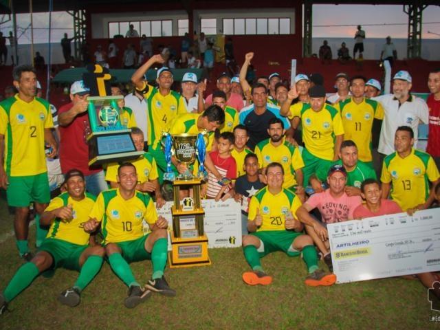 Jogadores do time de Dois Irmãos do Buriti com troféu do ano passado (Foto: Divulgação)