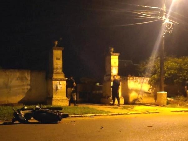 Moto caída em frente à cemitério de Pedro Juan Caballero; pistoleiros abandonaram veículo e fugiram à pé, segundo a polícia paraguaia (Foto: Último Hora/Divulgação)