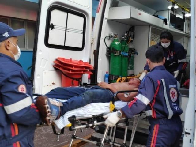 Após primeiros socorros, jovem foi levado para o Hospital da Vida em Dourados. (Adilson Domingos)