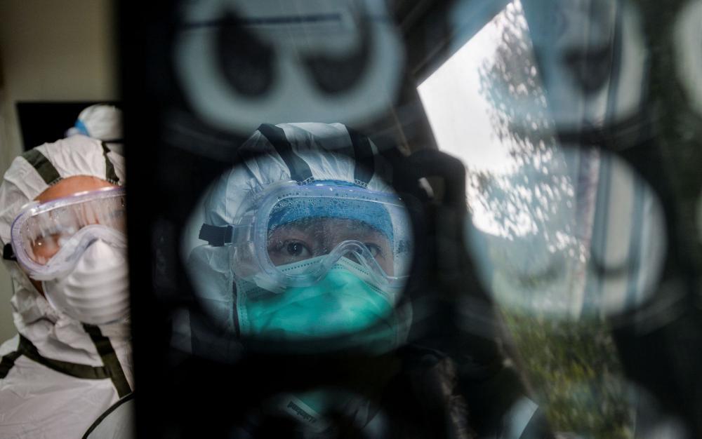 Coronavírus na China: Profissional da saúde analisa uma imagem de tomografia computadorizada em Wuhan; novo método está senso usado para detectar pacientes com suspeita de Covid-19, em detrimento aos exames laboratoriais, que demoram mais a ficarem pronto