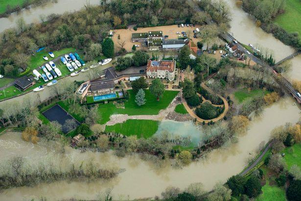 George e Amal Clooney / Imagem de Worcestershire, uma das regiões atingidas pelas tempestades na Inglaterra (Foto: Getty Images)