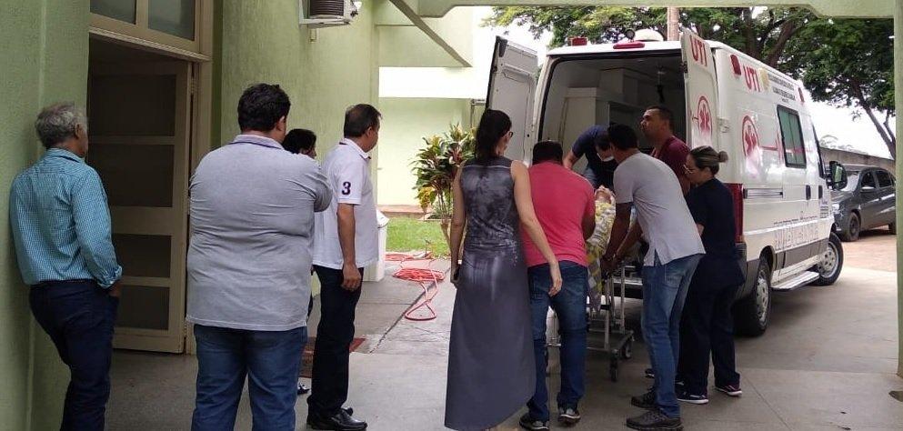 Dirceu sendo colocado na ambulância para ser transferido a Dourados. (Moreira Produções)