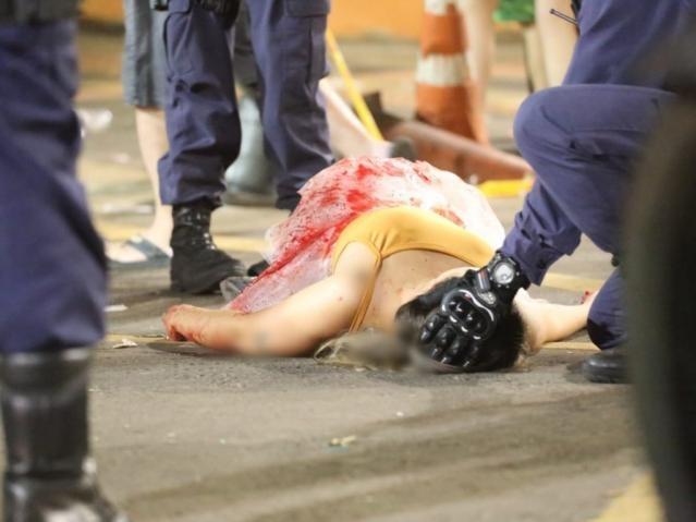 Jovem que cortou o pulso recebendo os primeiros atendimentos da Guarda Municipal (Foto: Marcos Maluf)