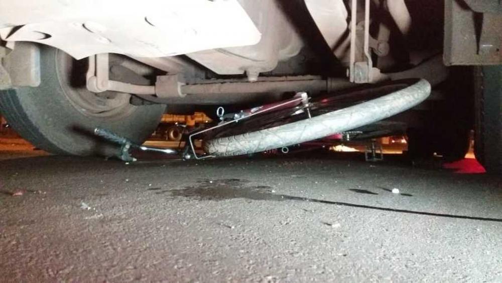 Bicicleta ficou debaixo de carreta, em Nova Andradina (MS). — Foto: Márcio Rogério/Nova News