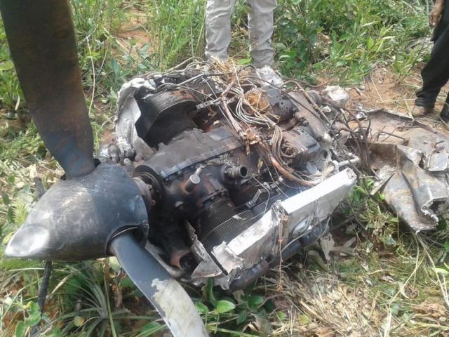 Motor do avião que caiu na fronteira (Foto: Santíago Benítez/Rádio Império)