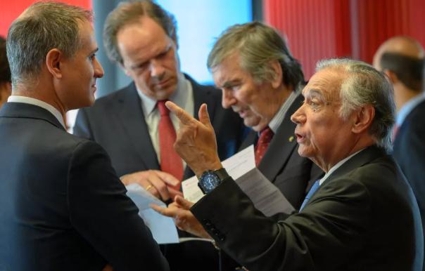 O presidente do Banco Santander em Portugal, António Vieira Monteiro (à direita), conversa com o CEO da Delta Cafés, Rui Miguel Nabeiro (Foto: Horacio Villalobos - Corbis/Corbis via Getty Images)