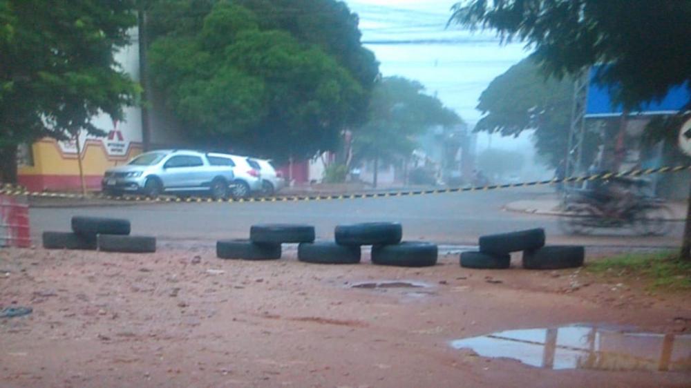 Paraguaios colocam pneus em ruas da fronteira com o Brasil para evitar travessia de veículos e pedestres