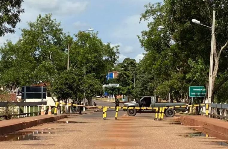 Enquanto Paraguai faz até trincheira, Brasil só fechou fronteira no papel