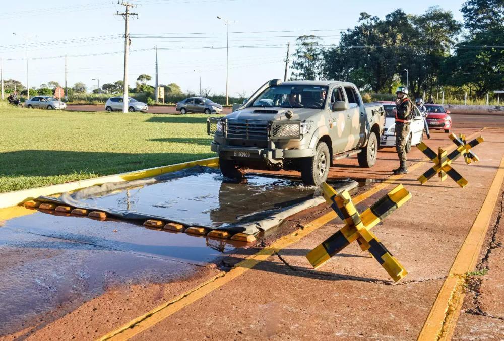 Carro do Exército e outros veículos fazem fila para higienizar pneus na entrada do Forte Guaicurus (Foto: Divulgação) - CREDITO: CAMPO GRANDE NEWS
