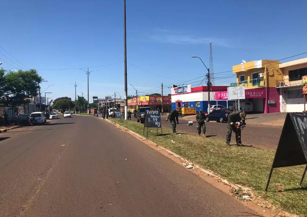 Enquanto Brasil afrouxa medidas, Paraguai isola fronteira com arame farpado