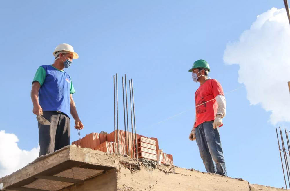 Trabalhadores utilizando máscararas e luva durante tarde de obras em bairro da Capital (Foto: Paulo Francis)