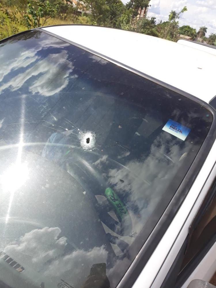 Vítima foi baleada dentro do carro. Foto: Divulgação