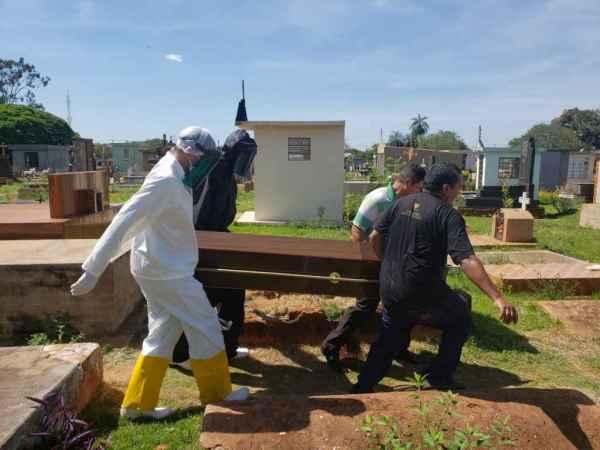 Sem velório, sepultamento de rapaz ocorreu na manhã desta quinta-feira. (Foto: Marcos Morandi)