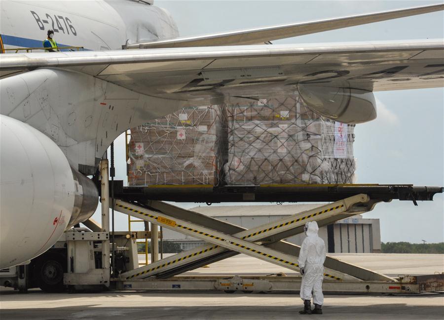 Avião de operação para trazer 15 milhões de máscaras da China desembarca em SP