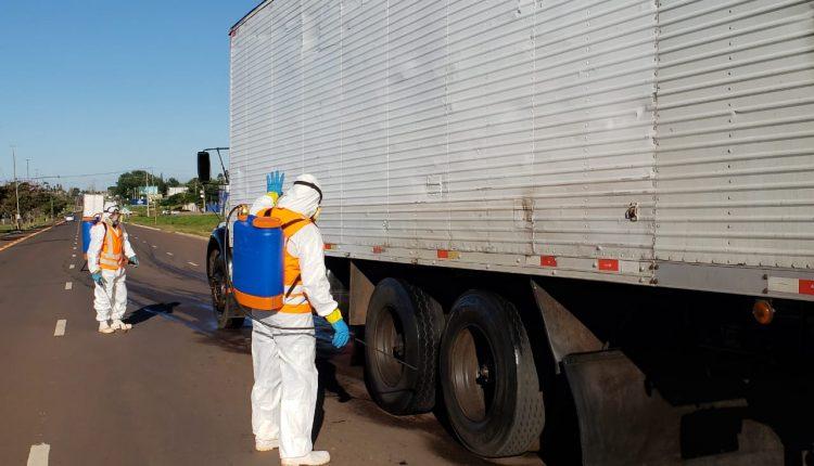 Com surtos de coronavírus no interior, carros 'tomam banho' para entrar em Campo Grande