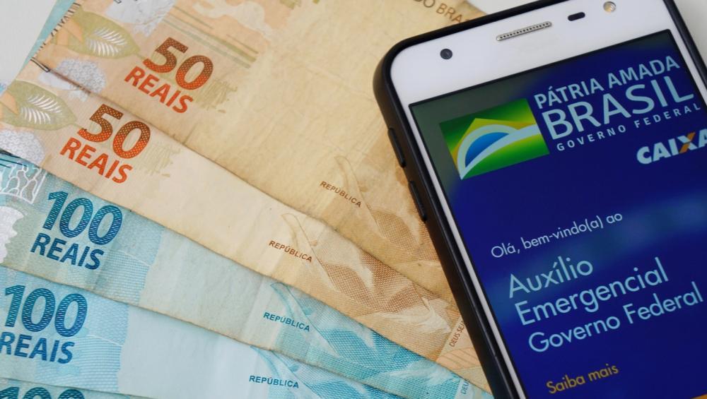 Mulher pede transferência de auxílio emergencial e dinheiro cai na conta de outra pessoa