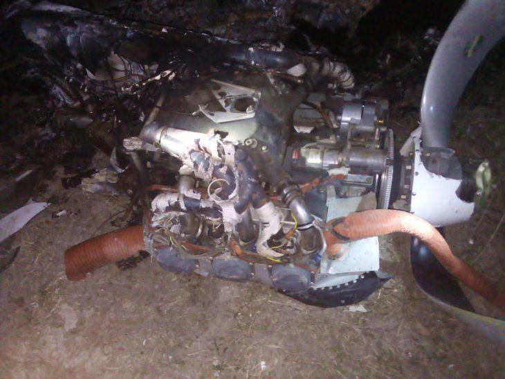 Parte do motor do avião que caiu ontem à noite na fronteira com MS (Foto: Última Hora)